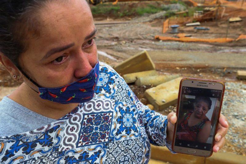 Luciene Alves viu sua mãe, Maria da Penha, morrer antes de ver pronta a nova casa à qual tinha direito (Foto: Flavio Tavares/Repórter Brasil)