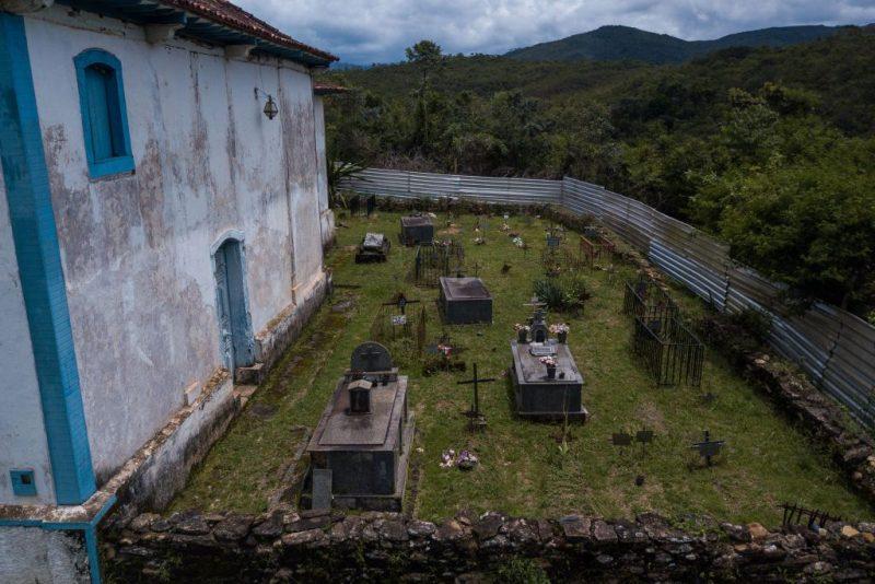 Cemitério ao lado da Igreja de Nossa Senhora das Mercês, em Bento Rodrigues, foi uma das poucas construções poupadas pela lama  (Foto: Flavio Tavares/Repórter Brasil)