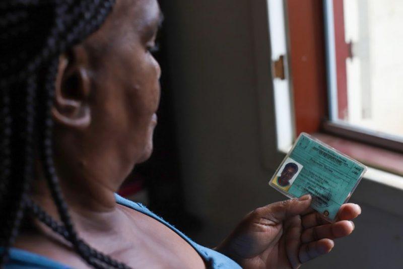 Vera Lúcia da Paixão, cuja irmã Izolina das Dores Isaías morreu no ano passado: 'A Renova está enrolando o povo' (Foto: Flavio Tavares/Repórter Brasil)