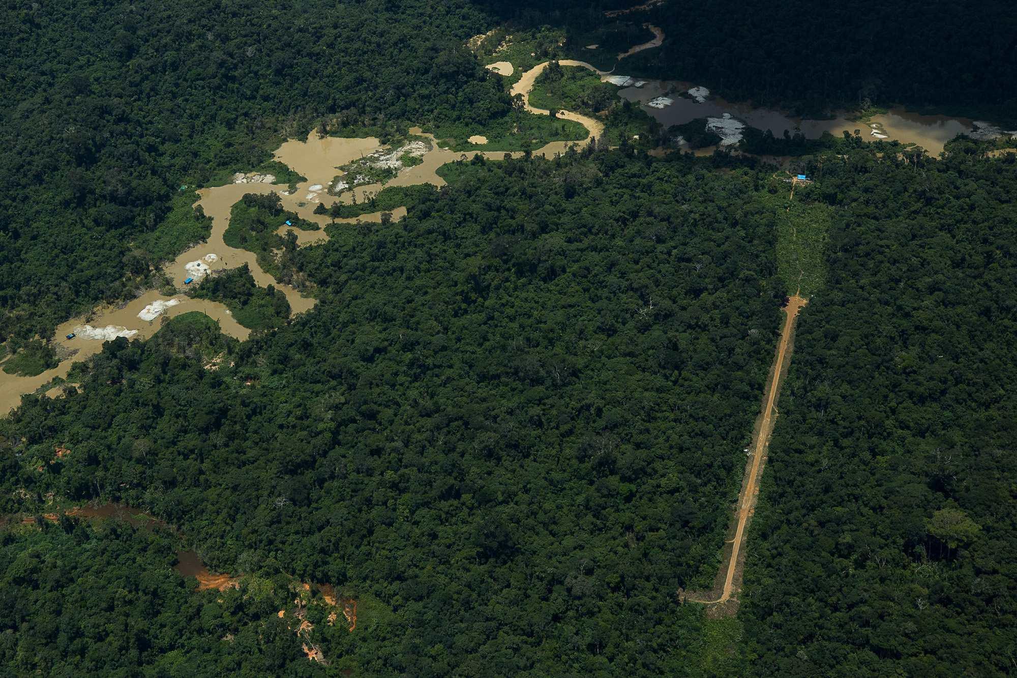 atividade garimpeira próxima ao rio Couto de Magalhães, na TI Yanomami;