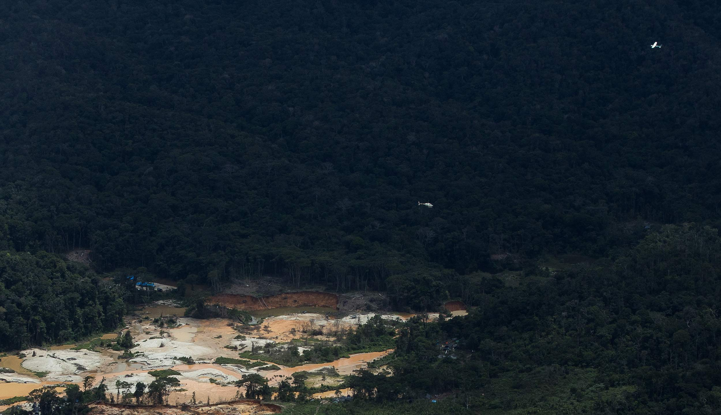 aeronaves sobrevoam garimpo na TI Yanomami (Bruno Kelly)