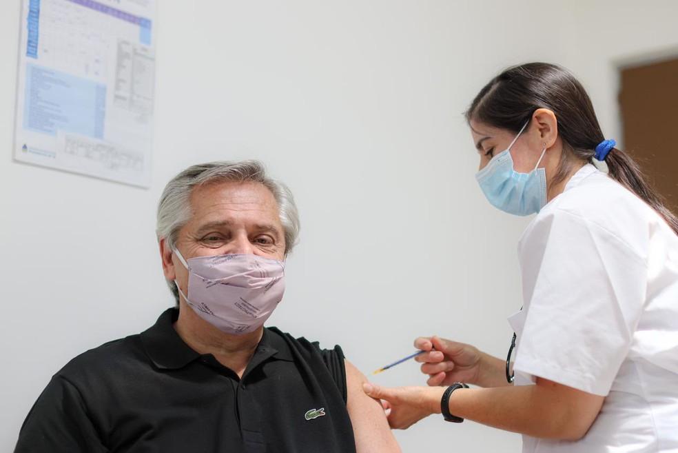 Fernández, presidente da Argentina tomando vacina contra covid-19